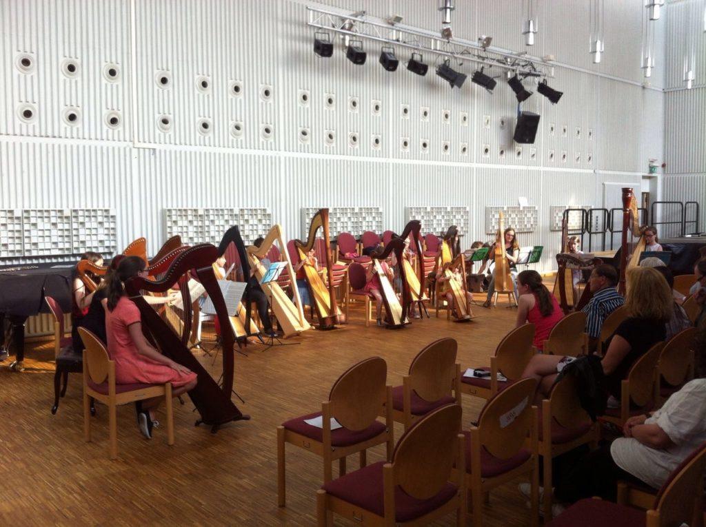 Großes Harfenensemble mt vielen kleinen Harfen