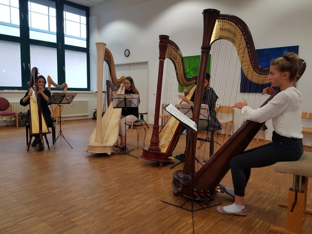 Kleines Harfenensemble mit großen Harfen