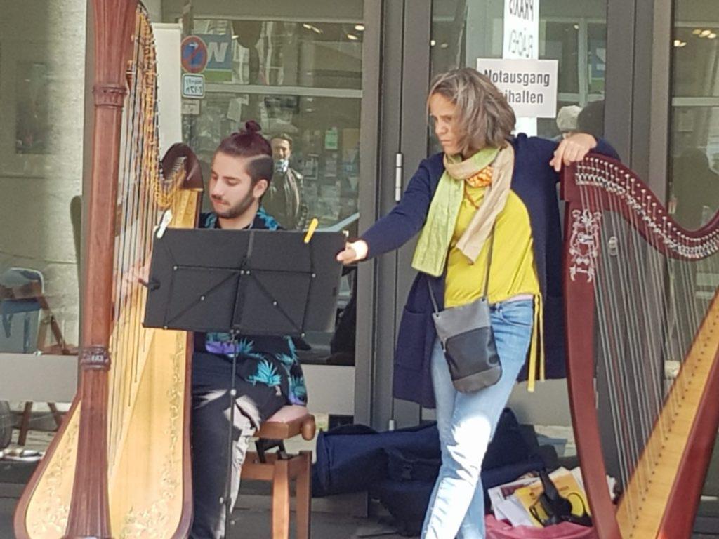 Harfenmusik draußen bei einer Veranstaltung der Bergischen Musikschule
